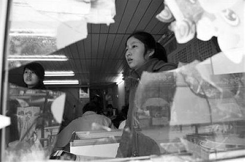 被砸店主心有余悸 记者刘蔚丹、石亮实习生黄康摄