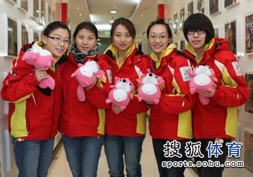 1中国冰壶女队与小狐狸合影