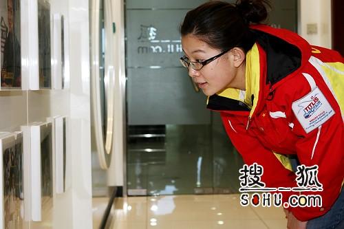 图文:女子冰壶队做客搜狐 王冰玉对明星墙着迷