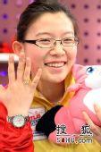 图文:女子冰壶队做客搜狐 王冰玉展示冠军戒指