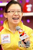 图文:女子冰壶队做客搜狐 王冰玉开心无比