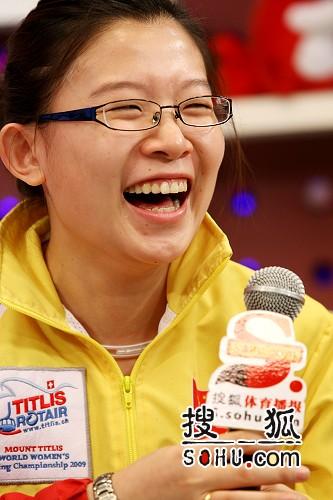 图文:女子冰壶队做客搜狐 王冰玉开怀大笑