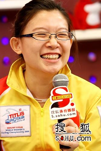 图文:女子冰壶队做客搜狐 王冰玉眼睛眯成缝