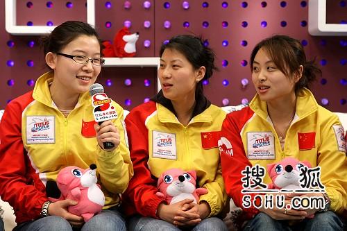 图文:女子冰壶队做客搜狐 王冰玉讲述趣事