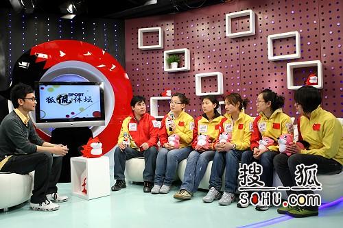 图文:女子冰壶队做客搜狐 队员教练在演播室内