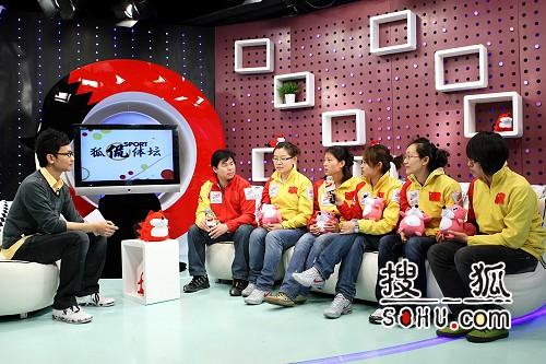 图文:女子冰壶队做客搜狐 队员与教练接受采访