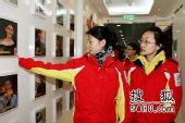 图文:女子冰壶队做客搜狐 队员们被明星墙吸引