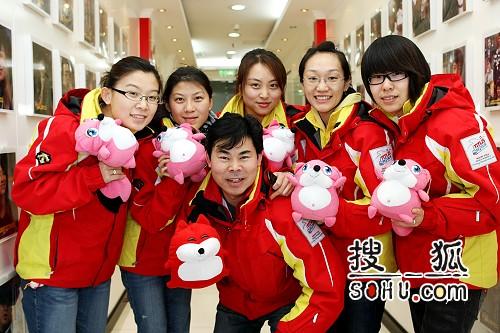 图文:女子冰壶队做客搜狐 队员教练与狐狐合影