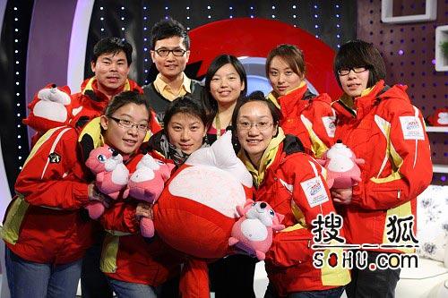 图文:女子冰壶队做客搜狐 队员教练主持人合影