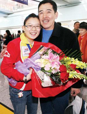 王冰玉从韩国飞抵北京,爸爸激动地抱住她 摄/记者柴程