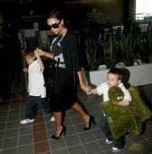 好莱坞潮人宝宝街拍:贝嫂和小贝的儿子