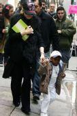 好莱坞潮人宝宝街拍:麦当娜和养子