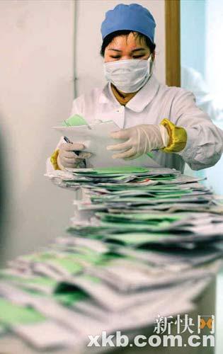 据门诊护士称,当日上午有近70名患者挂号看病。新快报记者 李小萌/摄