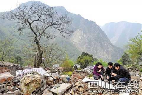 在安县雎水镇宝元村,中铁二院的工程师向记者展示铁路走向图