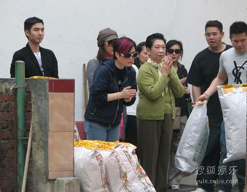 哥哥生前经理人陈淑芬、张彻遗孀、郑欣宜及陈淑芬儿子悼念哥哥。
