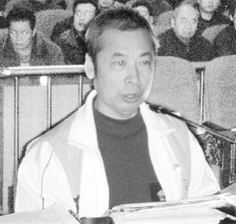 图为在法庭上,林峰准备了大量手写资料为自己辩护。  林静摄