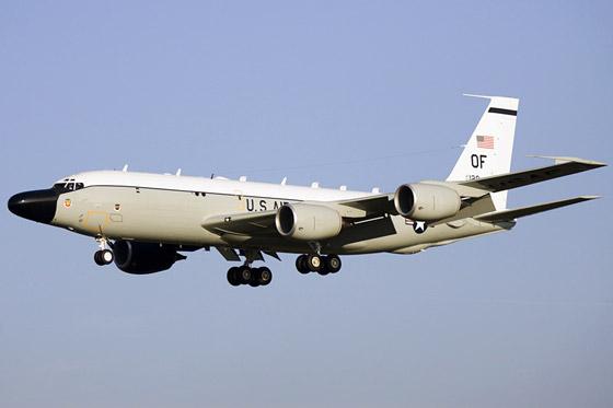 美军RC-135S型侦察机属于RC-135系列,它采用波音-707机体,持续航行时间可超过12个小时。这一系列的侦察机已有多种改进型,可分别用于信号情报、电子情报和弹道导弹情报的侦察,比EP-3型侦察机还要先进。
