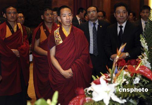 三月二十七日,第十一世班禅额尔德尼·确吉杰布大师抵达江苏无锡,并参观梵宫。他将出席第二届世界佛教论坛开幕式。 中新社发廖攀摄