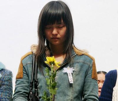 市民默哀之时,泪珠顺颊而下,难掩哀伤