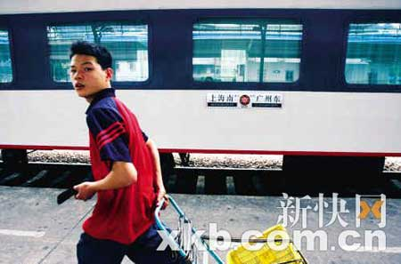 昨天下午,在广州火车东站六号站台上,广州至上海的Z83列车首发。 新快报记者陈昆仑/摄