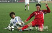 图文:[中超]天津2-0重庆 蒿俊闵和对手拼抢
