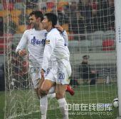 图文:[中超]天津2-0重庆 路易斯与队友庆祝