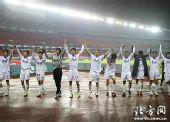图文:[中超]天津2-0重庆 天津队向球迷致谢