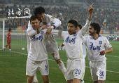 图文:[中超]天津2-0重庆 天津队员庆祝破门