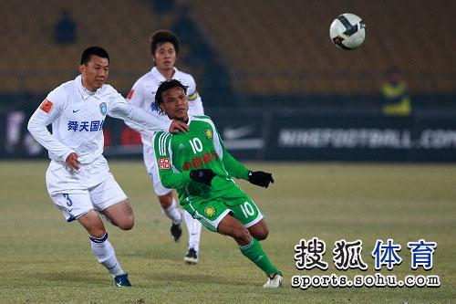 图文:[中超]北京1-1江苏舜天 马丁在比赛中