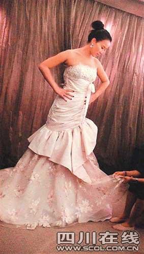 李玟挑选婚纱