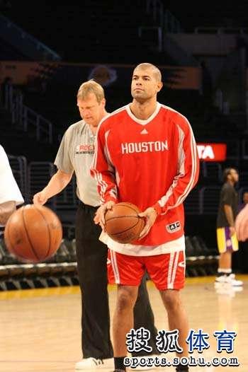 图文:[NBA]湖人VS火箭 巴蒂尔热身