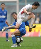 图文:[中超]长沙1-1青岛 张成林在比赛中拼抢