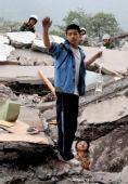 """汶川地震""""吊瓶男孩""""祭奠遇难老师和同学(图)"""