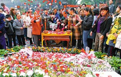 市民正在用鲜花表达自己的哀思。记者 钱波 摄