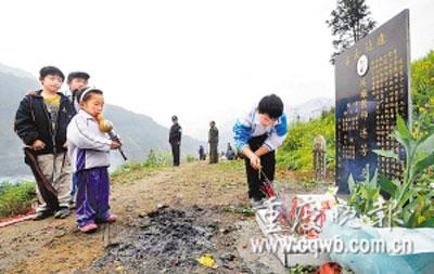 学生在老师墓前吹起葫芦丝