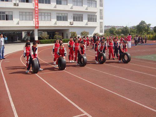 张家港/图文:张家港开展阳光体育活动 孩子们推车轱辘