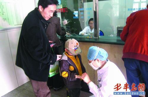 4月3日,一名小朋友在儿童医院接受检查。