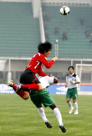图文:[中超]河南VS杭州 防守宛若骑马