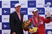 图文:中韩赛韩国李太奎夺冠 冠军高举胜利奖杯