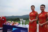 图文:09中韩赛韩国李太奎夺冠 美女与冠军奖杯