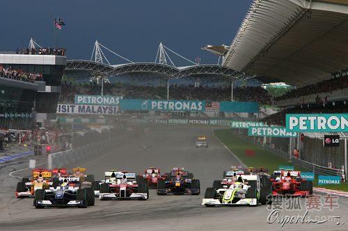 图文:F1马来西亚大奖赛 发车瞬间浓烟滚滚