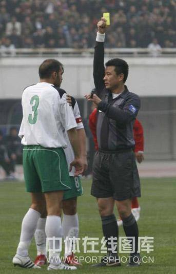 图文:[中超]河南2-0杭州 乔尔丹犯规染黄