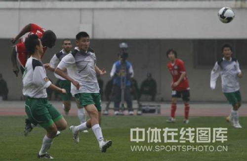 图文:[中超]河南2-0杭州 奥贝头球破门