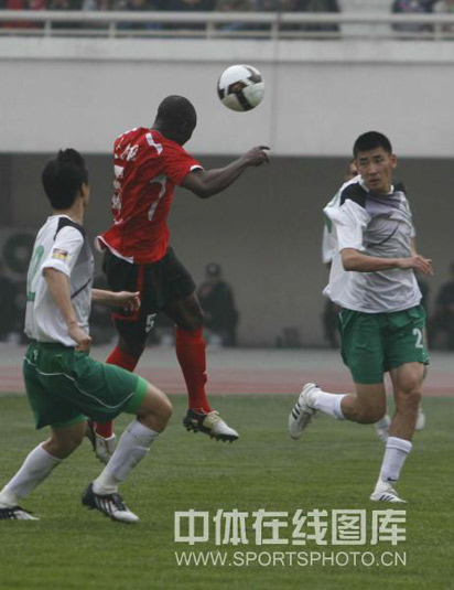 图文:[中超]河南2-0杭州 奥贝攻门瞬间