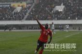图文:[中超]河南2-0杭州 奥贝欢呼庆祝