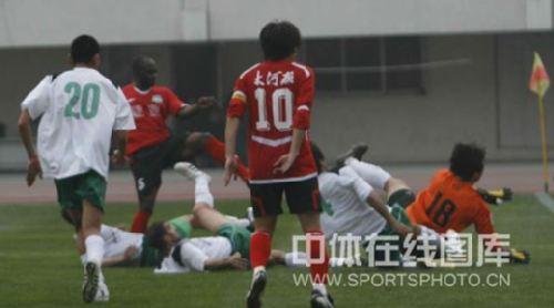 图文:[中超]河南2-0杭州 奥贝破门瞬间
