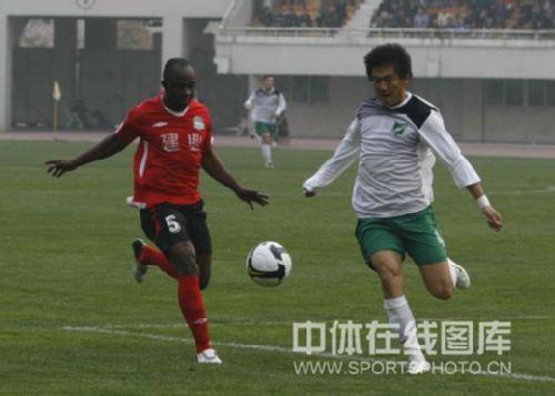 图文:[中超]河南2-0杭州 奥贝积极防守