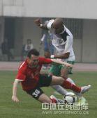 图文:[中超]河南2-0杭州 姜坤拼抢倒地