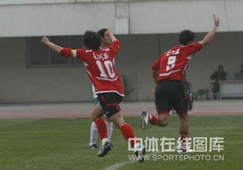图文:[中超]河南2-0杭州 陆峰和奥贝庆祝