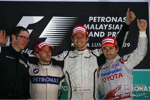 图文:F1马来西亚大奖赛 前三名登领奖台